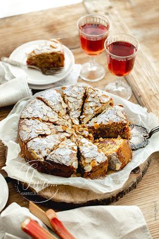 Saftiger Rhabarber-Mandelkuchen